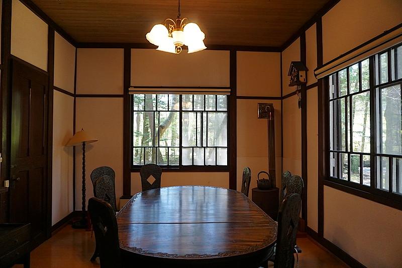 各部屋に軽井沢彫りの調度品が置かれていて、統一感と品格が漂っています。