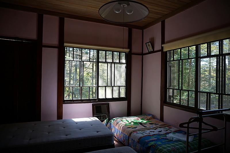 二階の洋室。光のコントラストが美しいお部屋です。