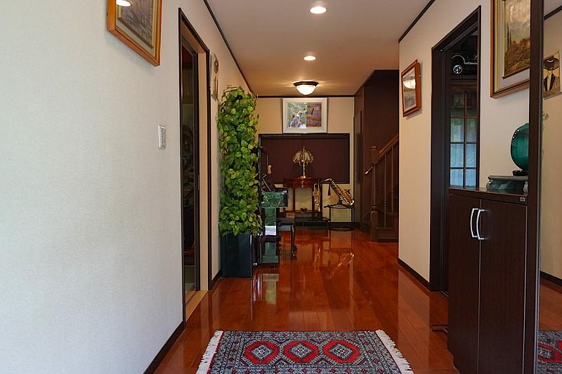 玄関フロアと廊下部分は、幅広で、気持ちの良い空間。