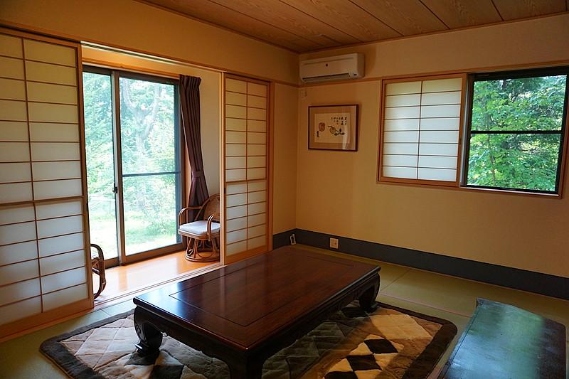 旅館の一室のような和室。畳の香りと、西側の窓が絵を切り取ったように美しいです。