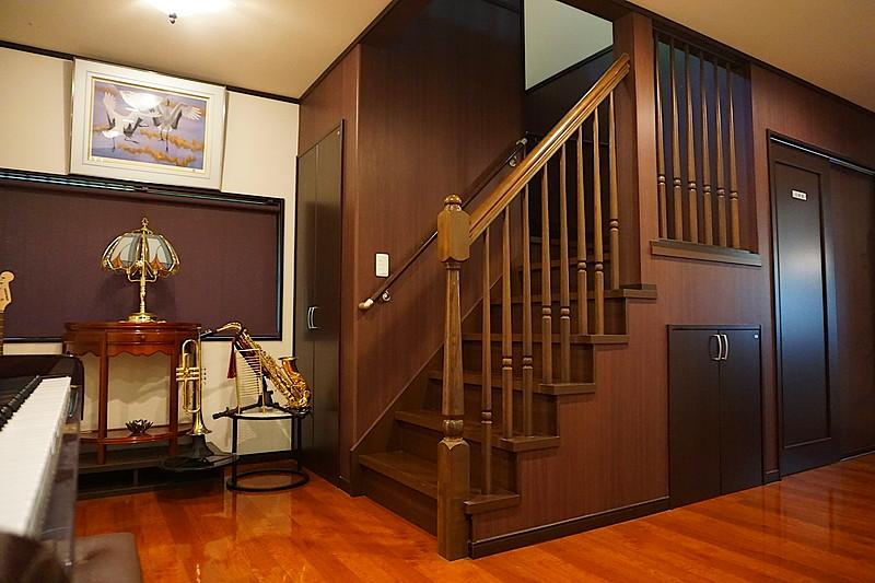 階段は、幅広で上り下りしやすく、2階まで続く手すり子が美しいです。