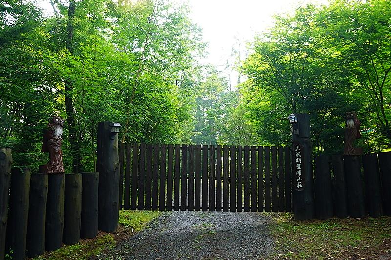 片開きの立派な門扉は、山荘の雰囲気によく似合っています。