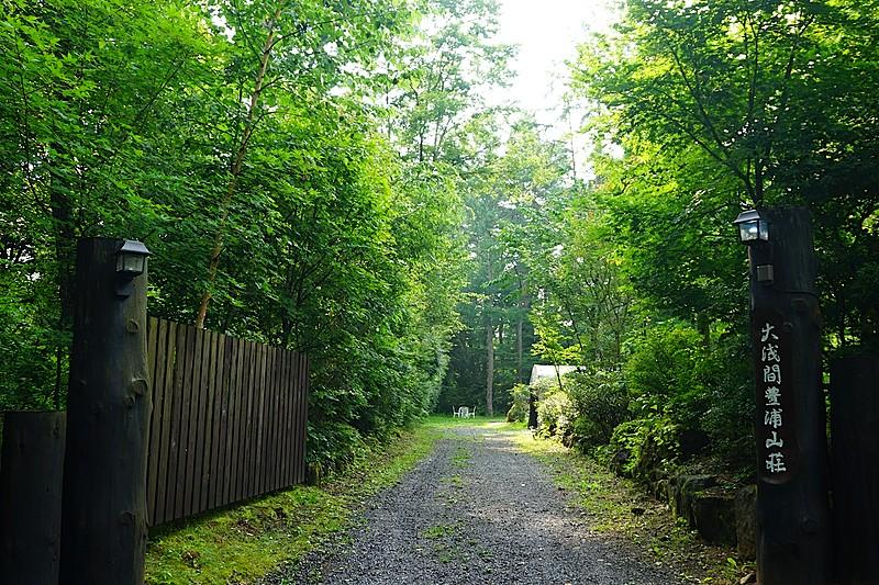 突き当り奥が打撃場。隣地も緑深く、プライベートはしっかり確保されています。