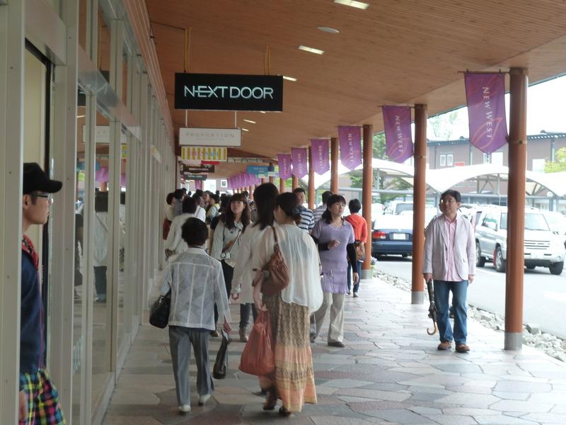 軽井沢プリンスショッピングプラザも約6.7kmほどのところにあります。いつでも気軽にショッピングを楽しめます。