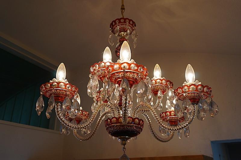 お家の顔となる玄関に下げられたシャンデリアは、デザインも光の演出も素敵。