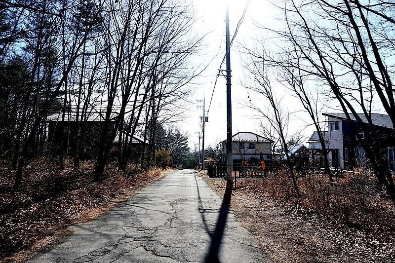 向かって右側の土地。この先は国道18号線、突き当りはグランドエクシブ軽井沢です。