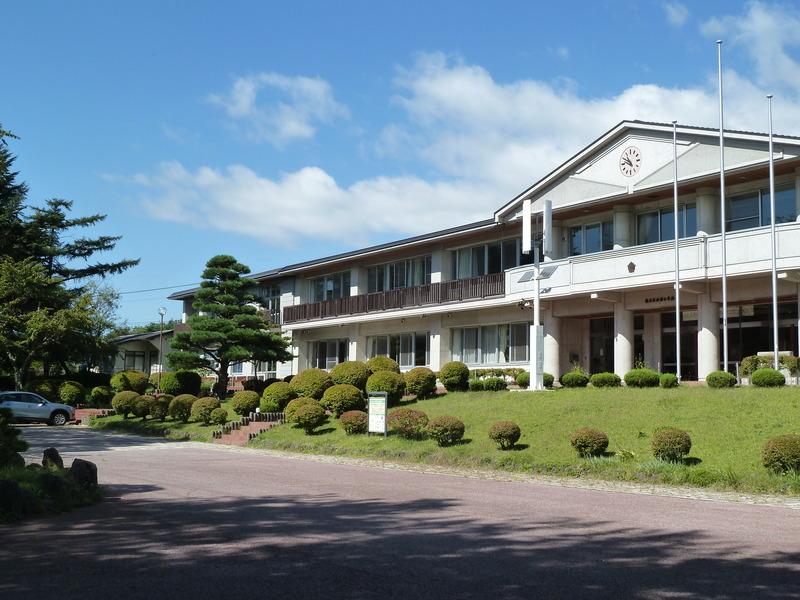 軽井沢西部小学校。隣接に保育園、児童館があります。