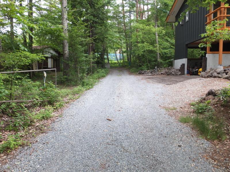 敷地前面道路より北側道路を撮影。前面道路は町道で幅員は4mあり、敷地には6m接道しています。