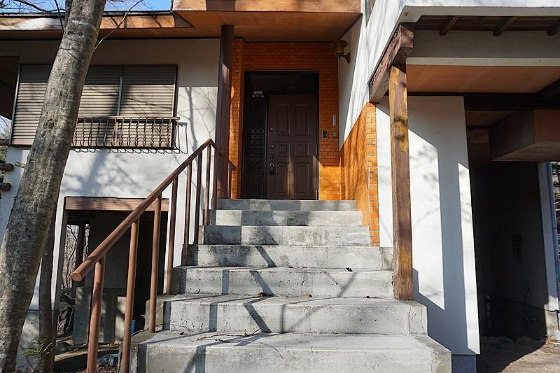 玄関部。手すりもあり、昇りやすいしっかりとした階段。