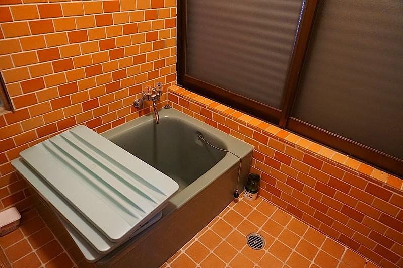 こぢんまりとしたお風呂。温泉も良いけど、一人で静かに浸かるのも癒されます。