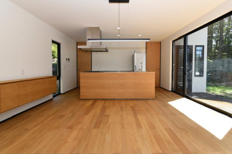 リビングスペースは広々していて、無垢の床が気持ち良いです。