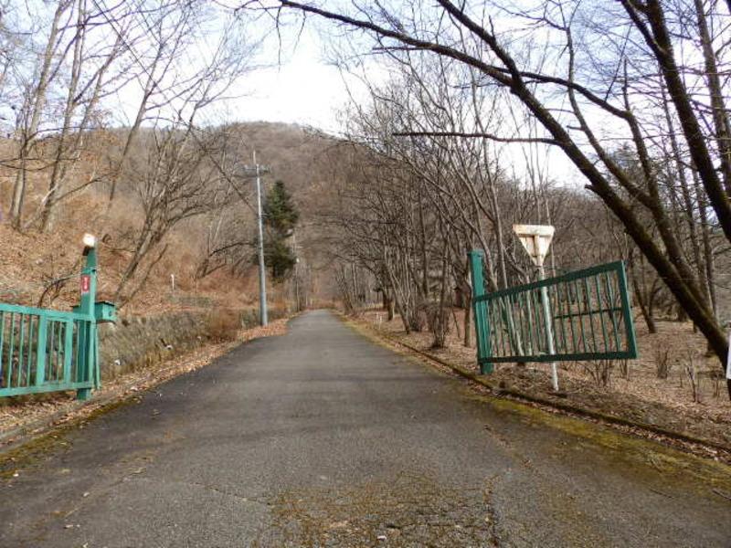 和美リゾートの入口ゲート。別荘地内の安全のため、防犯カメラも設置されています。