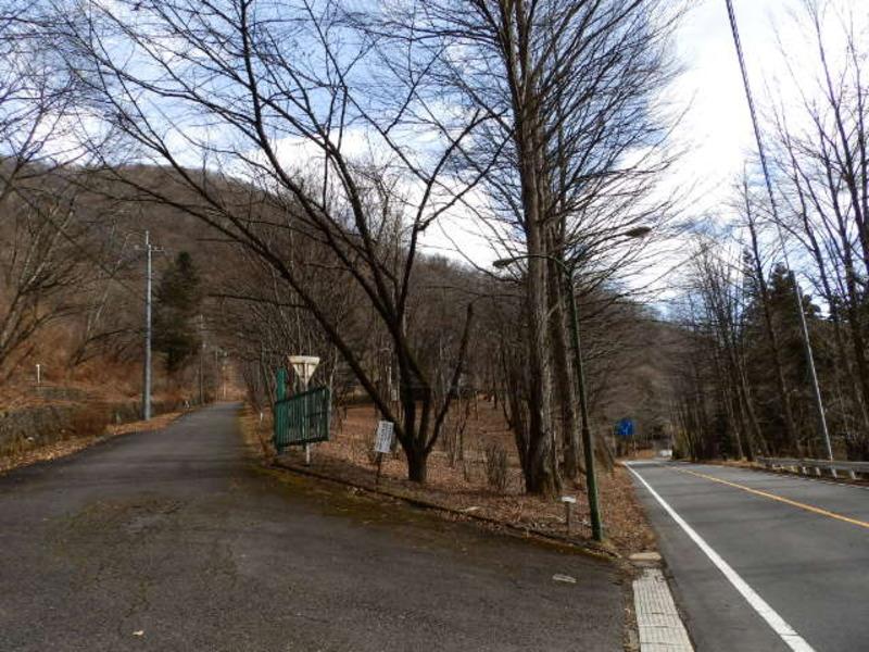 碓氷軽井沢I.Cより降りて県道43号線へ入って進んでいくと、こちらのゲートが見えます。I.Cから車で約6分ほどで。