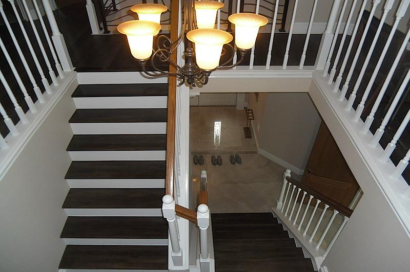 アメリカンな広々とした玄関からの階段スペース