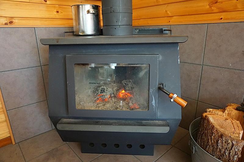 憧れの薪ストーブ生活を楽しみたいですね。薪のストックスペースもお庭にございます。