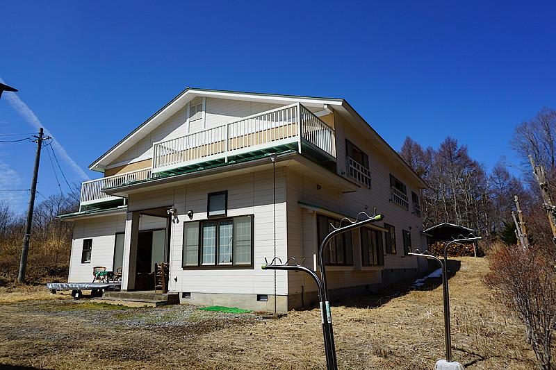 角度を変えて。実は屋根にはソーラーパネルが搭載されしっかりと働いてくれています。