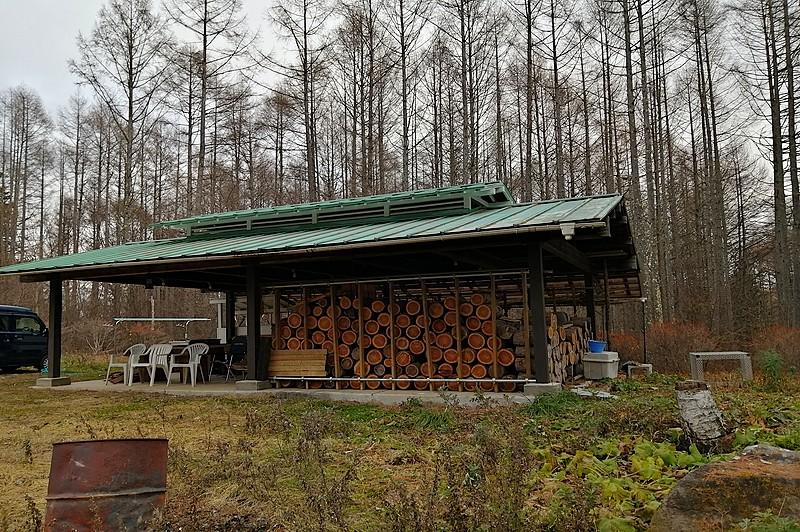 薪小屋にもなる野外スペース