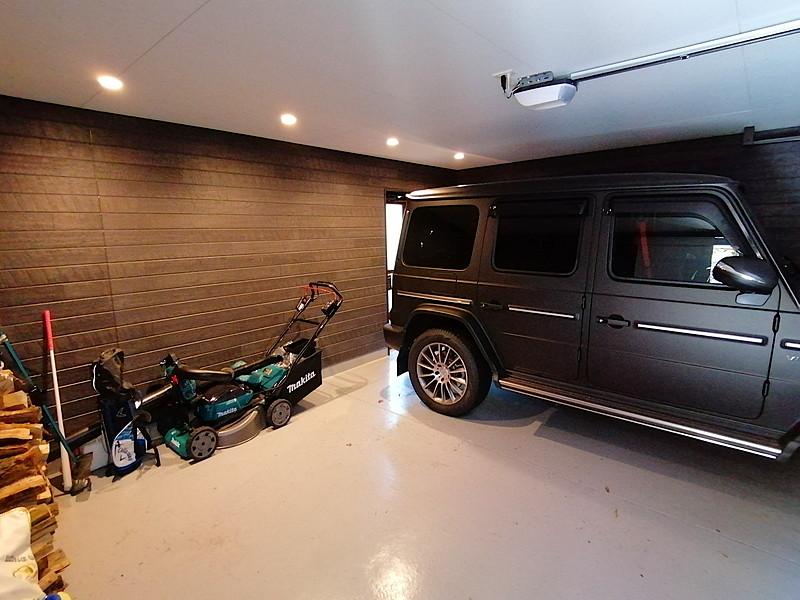 車好きな方にも嬉しいビルトインガレージは2台収納できます。